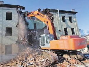 Демонтаж здания летного училища в Калининграде