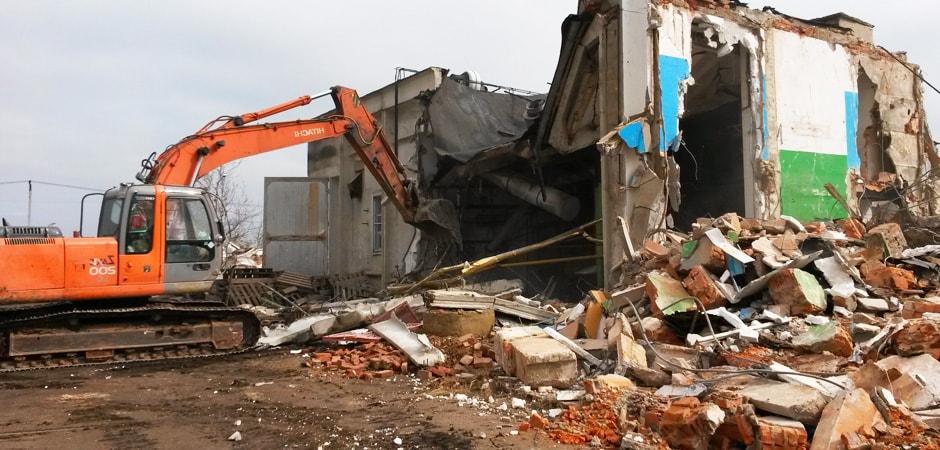 Снос здания экскаватором (Московская область, Дмитровский район) демонтажной компанией Строительство и Инвестиции